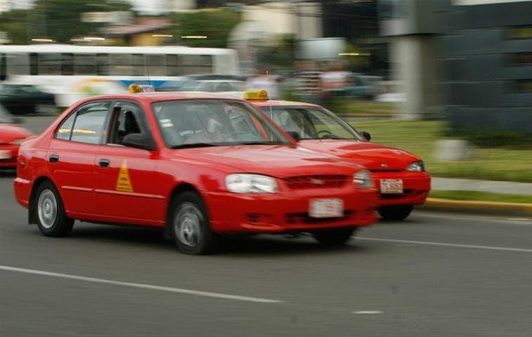 1.500 porteadores se volverían taxistas rojos