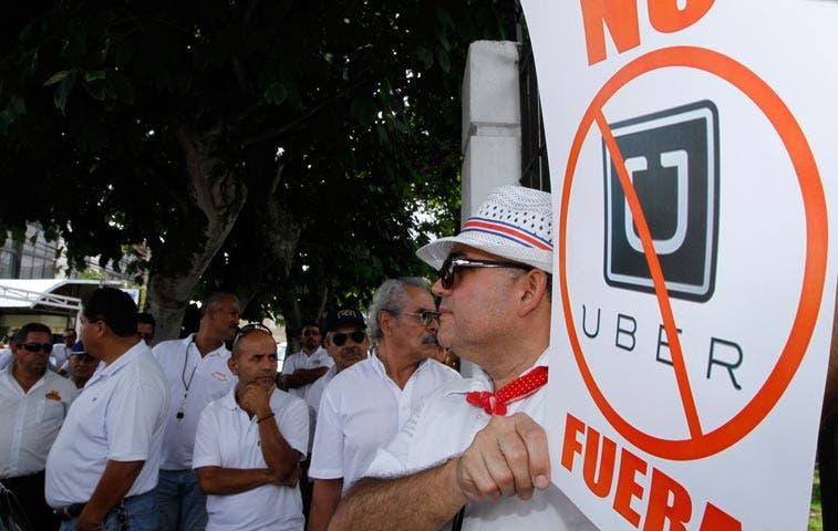 Taxistas exigen a Gobierno bloqueo de aplicación Uber