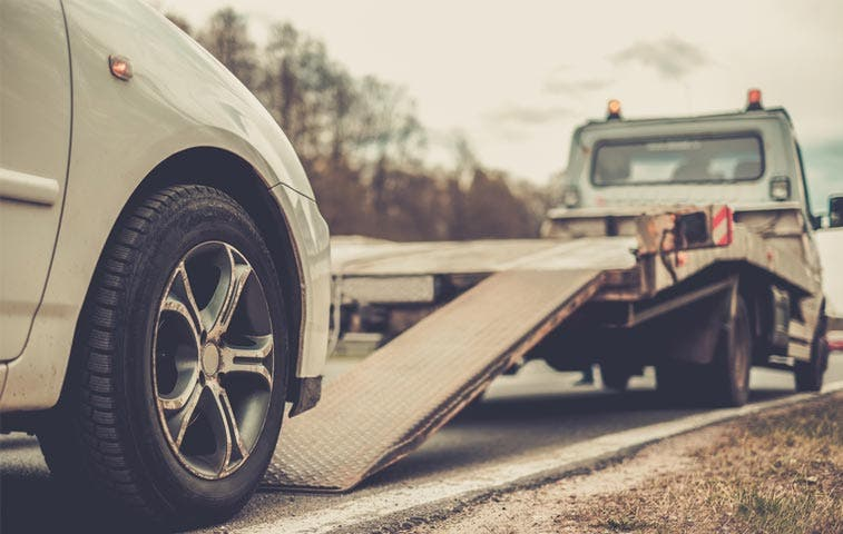 Carros decomisados por oficiales deberán pagar grúa