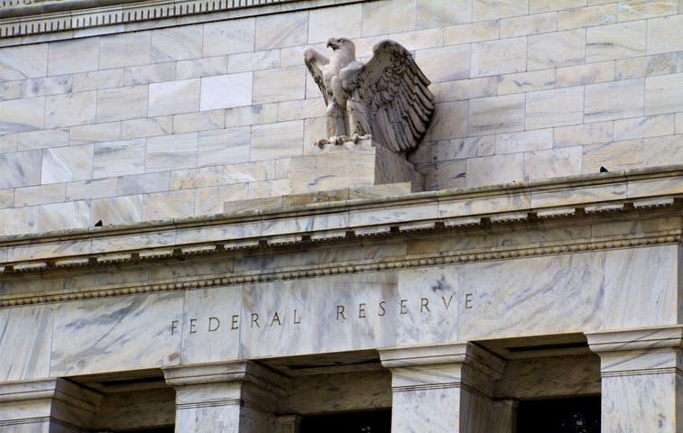 Fed observa un dólar que difiere mucho del de Wall Street
