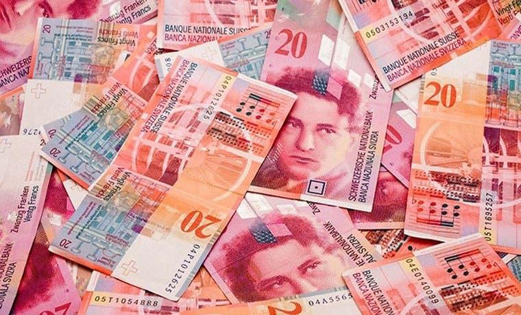 Suizos pagan el precio por drástico cambio de política monetaria