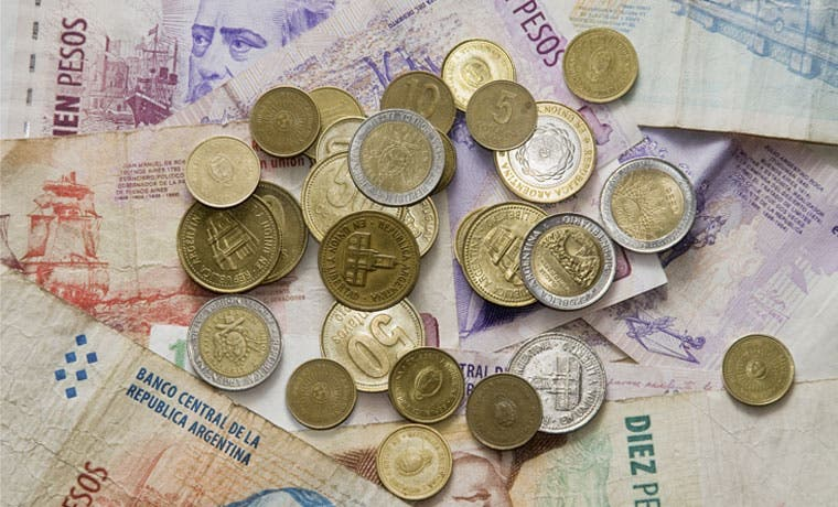 Deuda argentina es ganadora en caída global