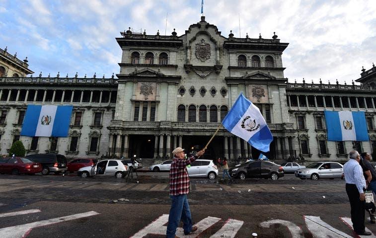 Presidente de Guatemala renuncia para enfrentar acusaciones de corrupción