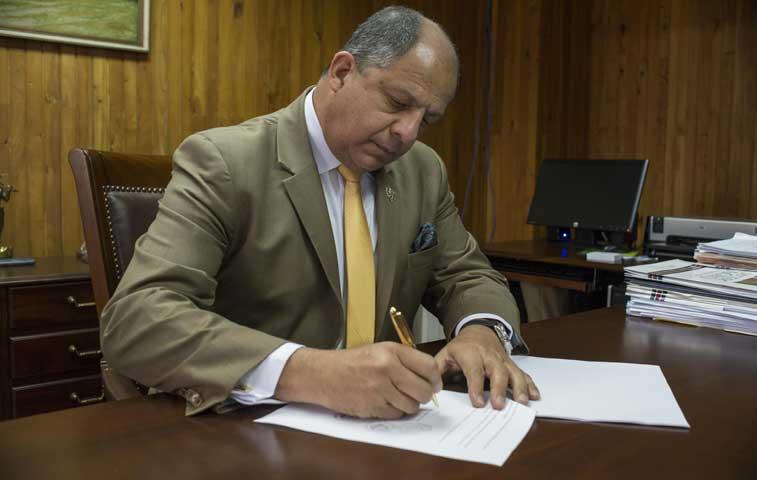 Solís firmó decreto para regular FIV