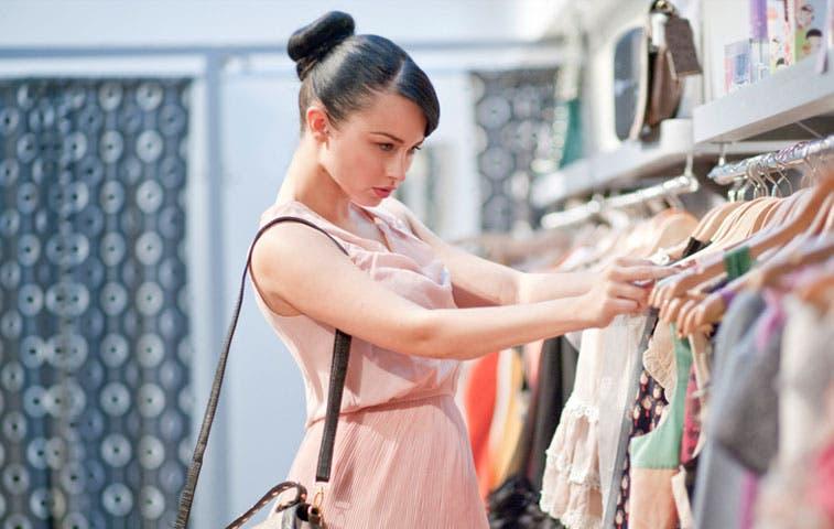 Confianza de los consumidores estadounidenses estancada por panorama económico mixto