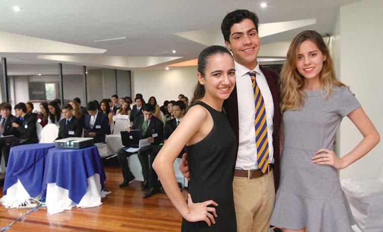 Colegiales con modelo ONU