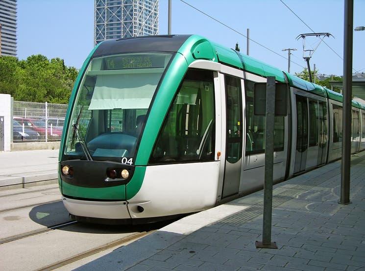 Impuesto a autos de lujo financiaría tren eléctrico