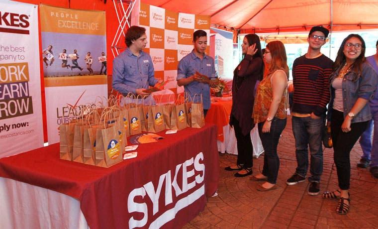 Sykes con una mano para los jóvenes
