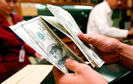 El dólar se fortalece ante posible subida de tasas en 2015