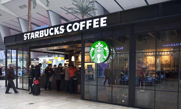 """Starbucks prueba la estrategia """"compra uno, da uno"""""""