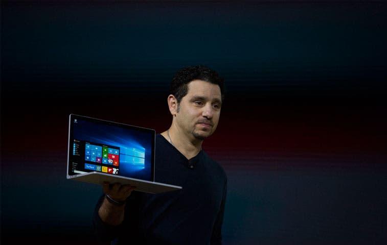 Microsoft presenta su primera portátil para competir con Apple