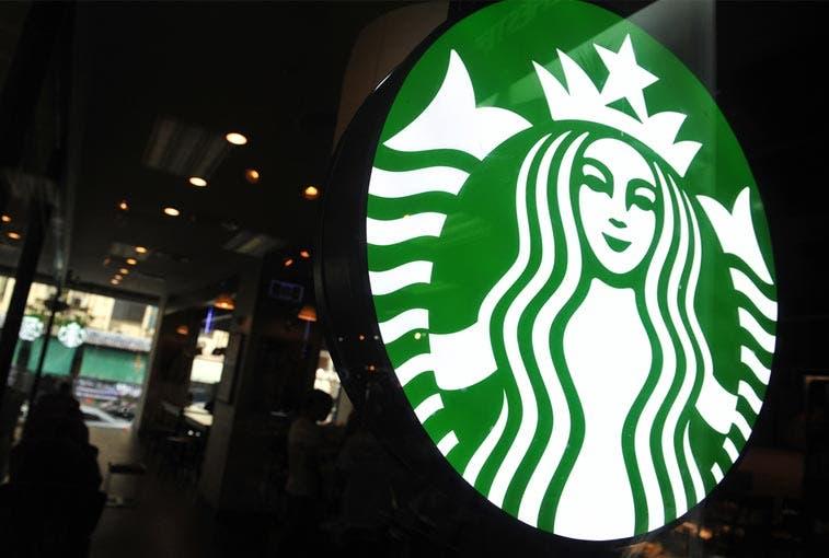 Starbucks colocará pantallas de drive-thru para mejorar servicio