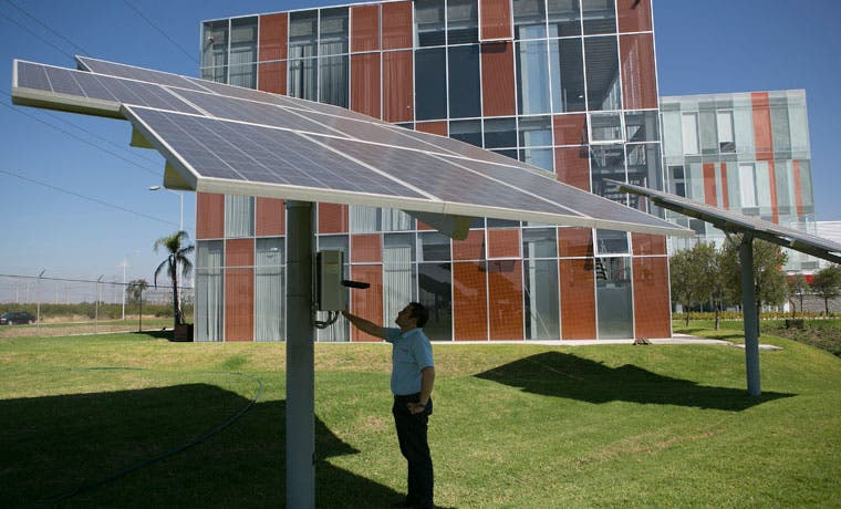Abundancia de luz solar en México no ayuda a esa industria