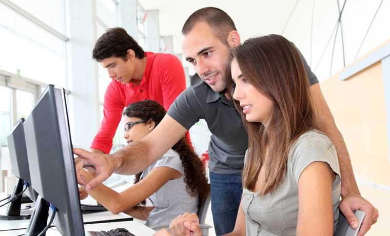 Empresas prefieren contratar a jóvenes