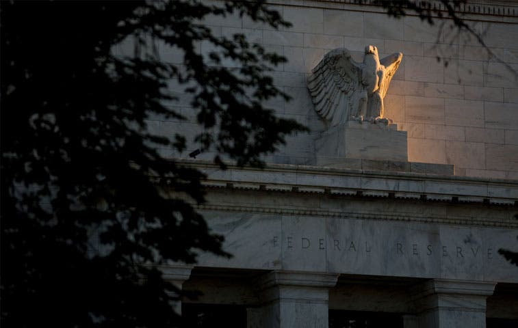 Banqueros ceden a presión esperando por la FED y Japón