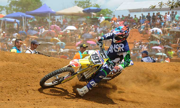 Banderazo final en el motocross