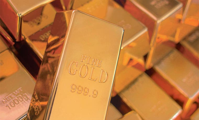 Oro opera a menor nivel en cinco años por probable alza de tasas de EE.UU.