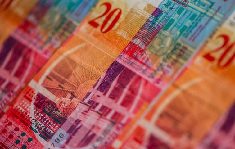 El franco se desploma a su nivel más bajo en cinco años