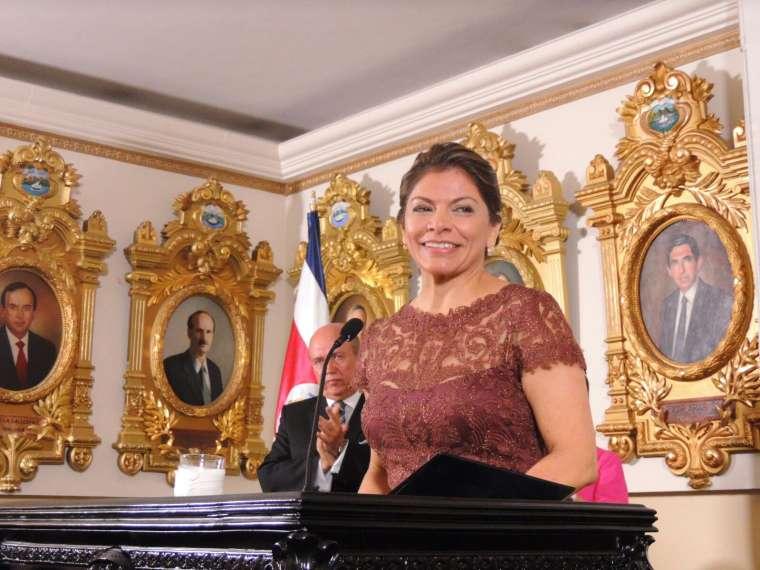 Develan retrato de Laura Chinchilla en Salón de Expresidentes