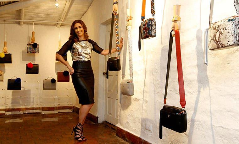 Diseñadora tica lanza colección de bolsos