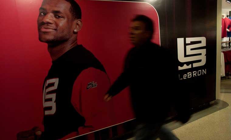 LeBron James firma contrato de por vida con Nike