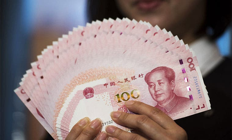 Yuan fluctúa a la baja conforme China resta apoyo a su moneda