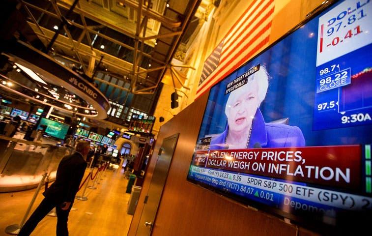 Aumento de la tasa de Fed hace caer al oro y fortalece al dólar