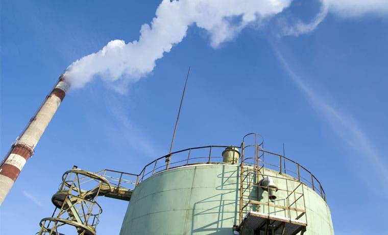 El petróleo cae a su mínimo en 6 años por exceso de inventarios
