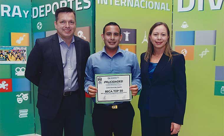U Latina premia a 50 jóvenes con becas