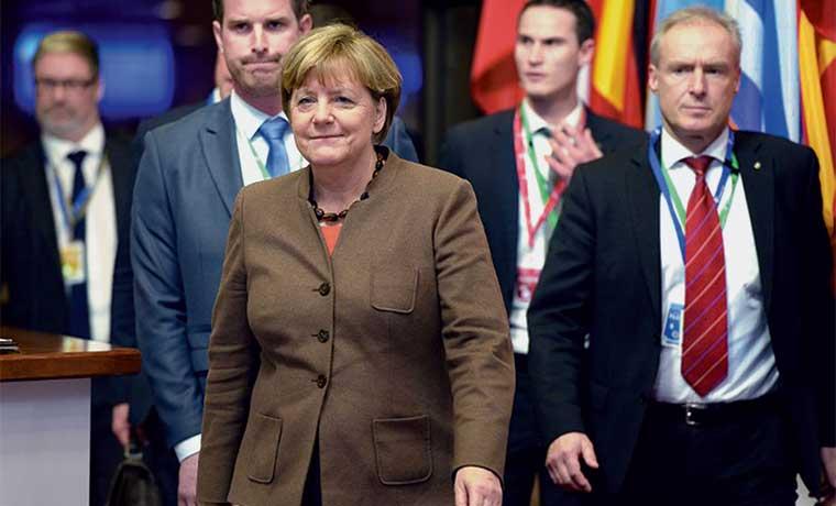 """El año de Merkel: de """"canciller de hierro"""" a """"Mutti"""" de refugiados"""