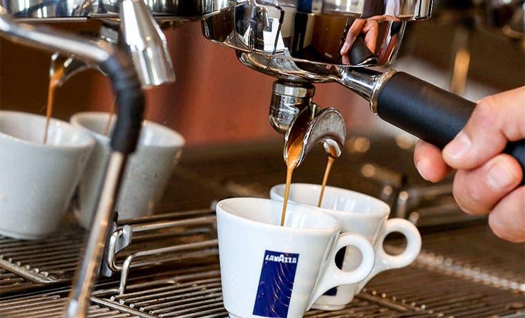Café se abarata por lluvias abundantes en Brasil