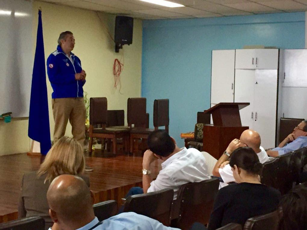 Ministro de Salud visita San Carlos para reforzar atención por infecciones respiratorias