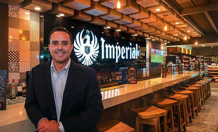 Imperial abre su primer bar en el Juan Santamaría