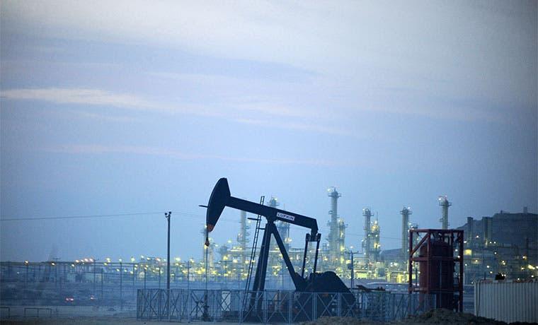 Petróleo caería  a $20 por solidez del dólar