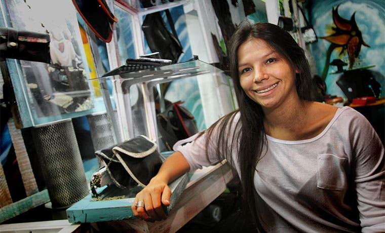 Emprendedora fabrica línea de accesorios a base de neumáticos