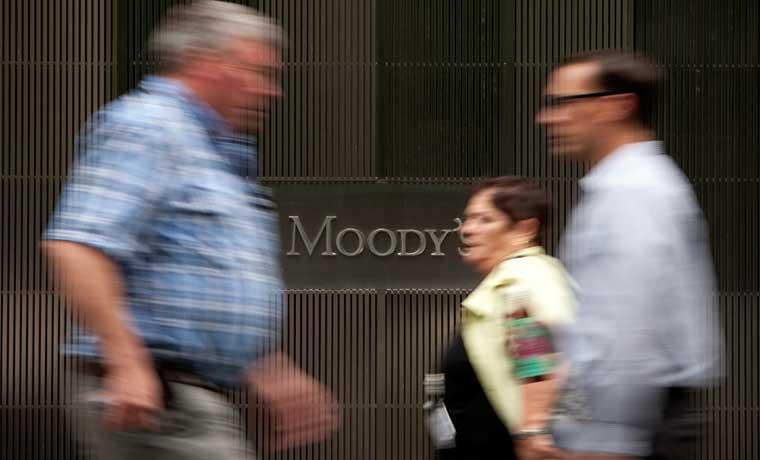 Moody's revisa calificaciones a raíz de caída en materias primas