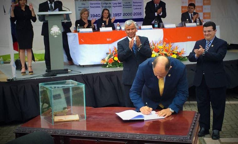 Presidente firma Ley de Reforma Procesal Laboral