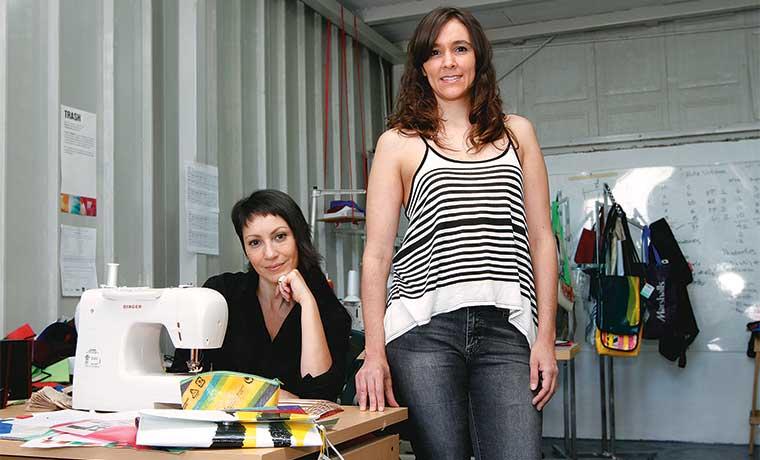 Emprendedoras convierten desechos en moda