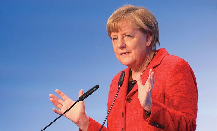 Merkel desactiva amenaza a su cargo con acuerdo sobre refugiados