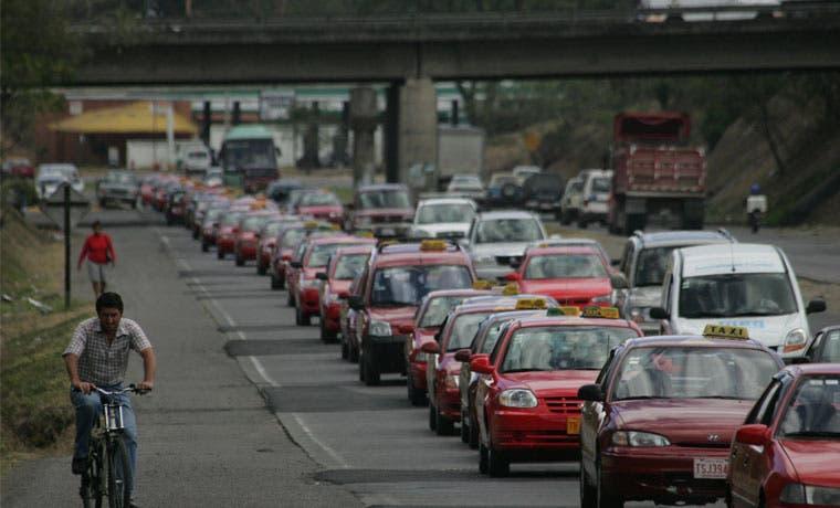 Taxistas acudirán al Poder Judicial para sacar a Uber
