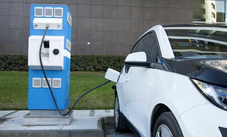 Carros eléctricos contarían con estaciones de recarga
