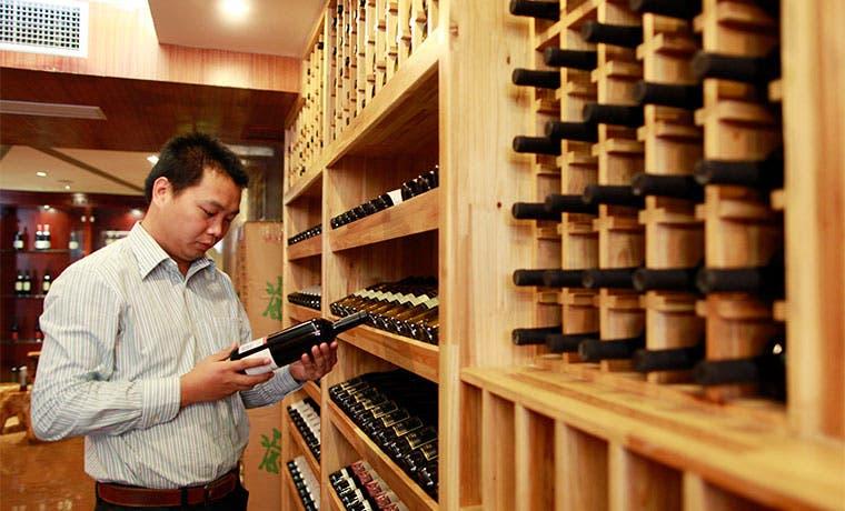 Chilenos brindan por la nueva sed china de vino