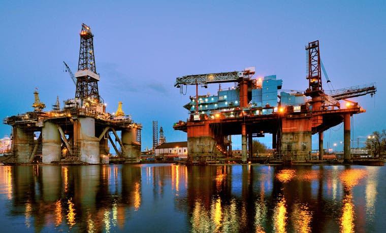 Petróleo cae a menos de $30 al crecer exceso de oferta
