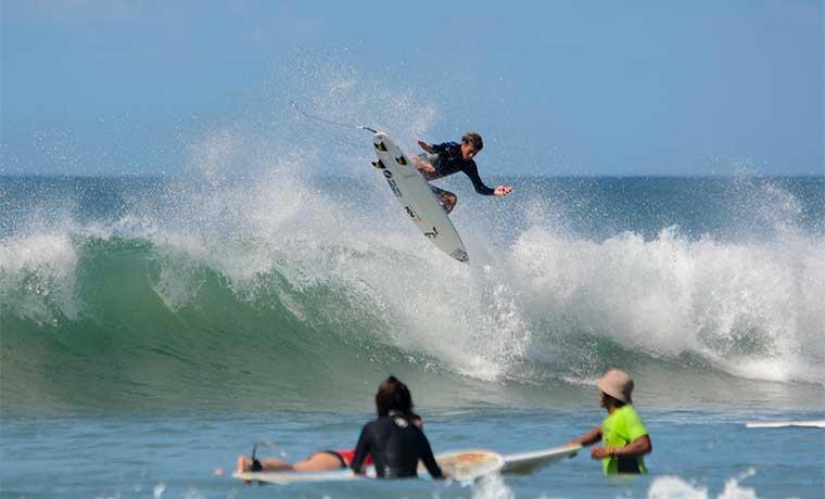 Surfistas toman Jaco