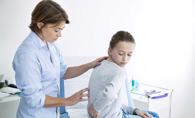 Médicos estadounidenses operan a niños con escoliosis de forma voluntaria
