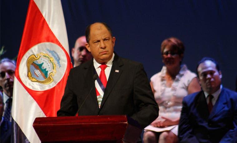 """Solís ha cumplido """"poco o nada"""" sus promesas de campaña, según costarricenses"""