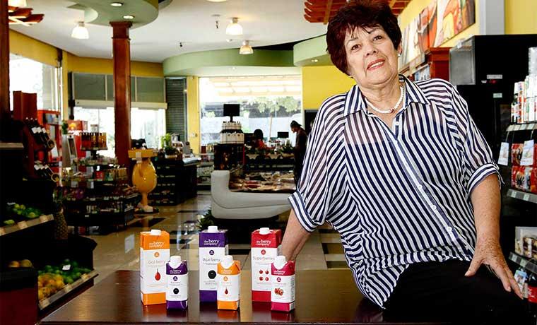 Mujer de 70 años emprende negocio con bebidas de bayas naturales