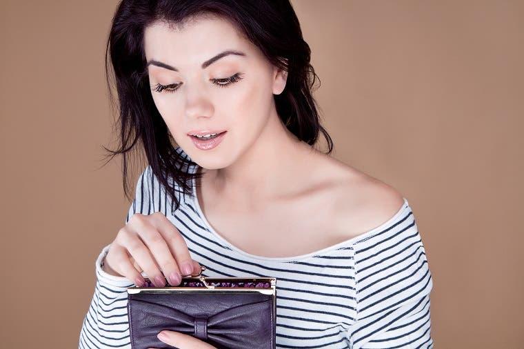 Billeteras de mujeres son cada vez más diminutas, pero por moda