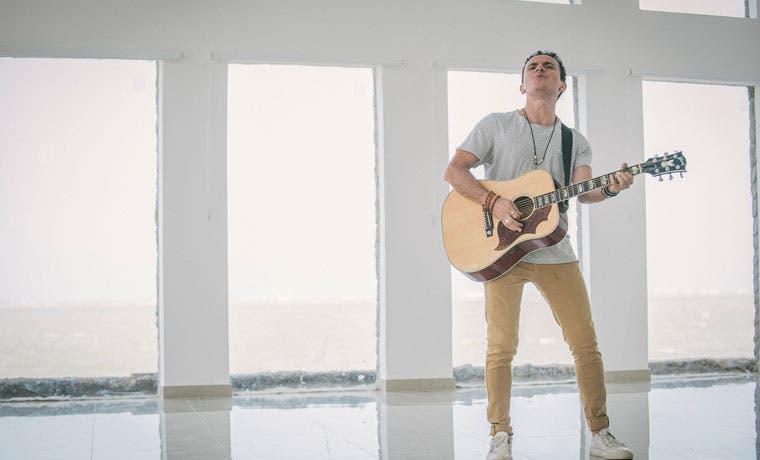 Cantante colombiano Fonseca lanzó nuevo tema