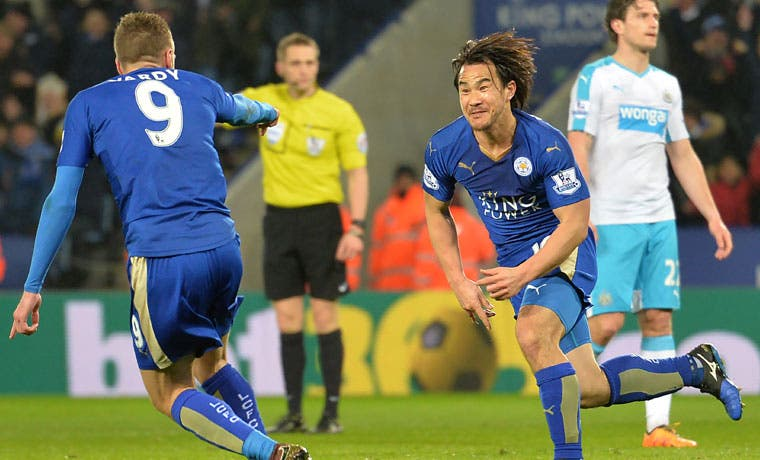 Leicester City gana y sigue soñando